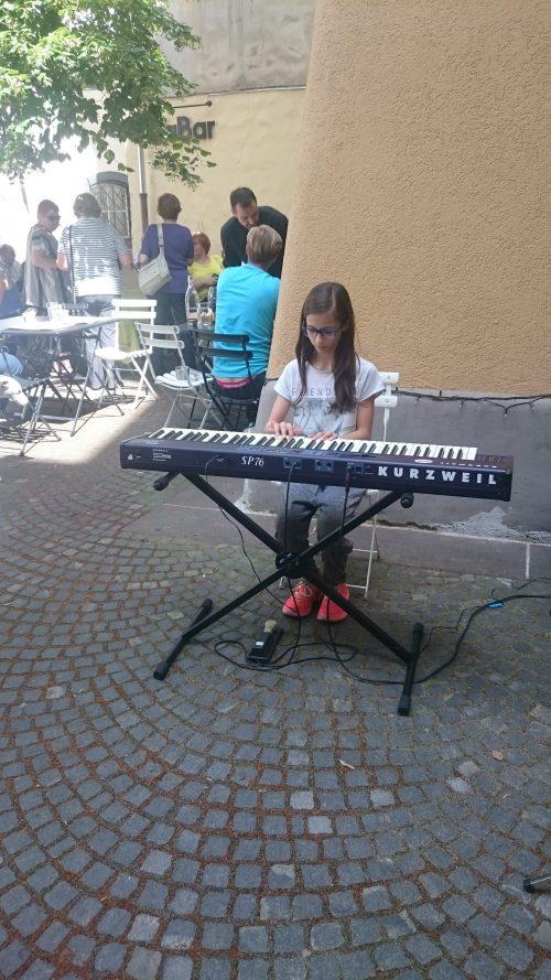 Katarina Julija Pipan za klavirjem, no električno verzijo